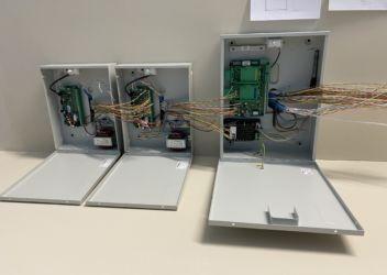 Câblage d'une centrale d'alarme TECNOALARM TP10 42 avec coffrets d'extensions ALIM8